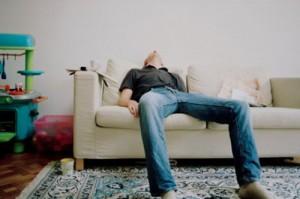 uomo con apnea del sonno 300x199 Откуда растут ноги у откладывания дел на потом
